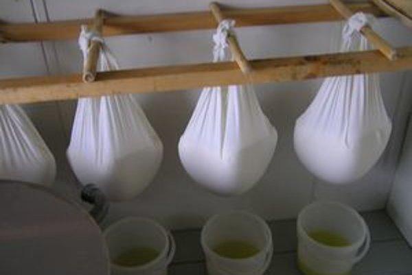 Syr na salašoch dávali kedysi odkvapkať do ručne tkaných plácht. Tekutina, ktorá z neho vyteká, sa volá srvátka alebo psiarka.