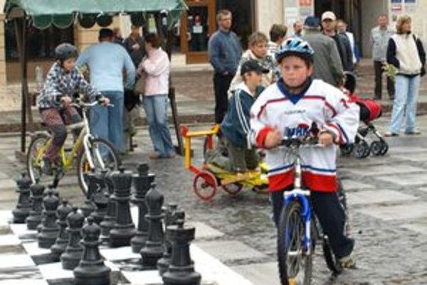 Liptovská šachová škola prezentuje šachy na rôznych akciách, napríklad veľkú hru s veľkými figúrkami aj na námestí v Liptovskom Mikuláši.