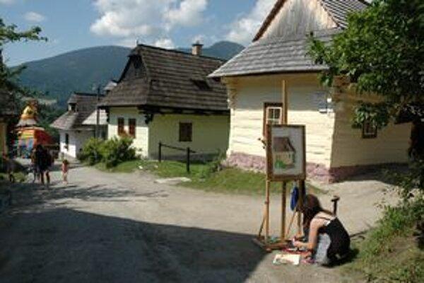 Vlkolínec je inšpiráciou pre mnohých maliarov. Pred vstupom do Vlkolínca je niekoľko drevených sôch, ktoré urobili rezbári počas každoročných rezbárskych sympózií.