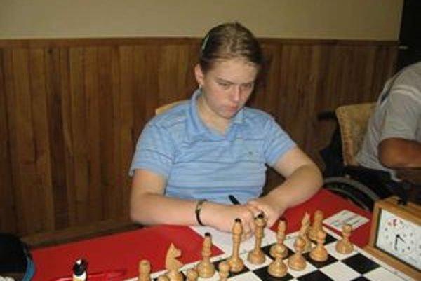Nikola Konkoľová  hrávala donedávna  radšej s bielymi figúrkami ako s  čiernymi, ale dnes nad výberom mávne  rukou. Jej  najobľúbenejšou figúrkou  je  strelec.