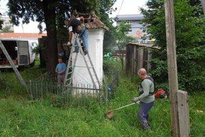 Nadšenci z Necpál upravili aj okolie kaplnky Sedembolestnej Panny Márie.