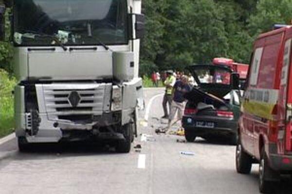 Dvaja ľudia, ktorí boli v osobnom aute, neprežili zrážku s kamiónom.
