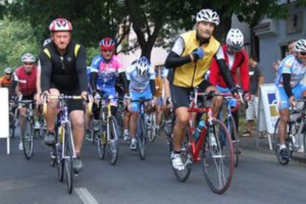 Cyklisti dnes ráno odštartovali spred rodného domu Martina Rázusa vo Vrbici.