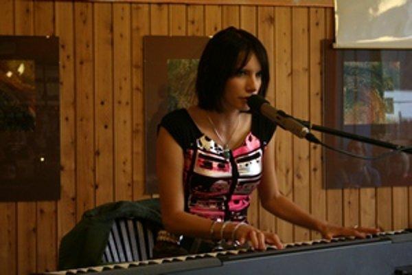 Dorota Nvotová počas koncertu v liptovskohrádockej čajovni.