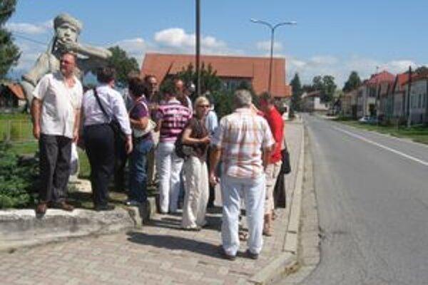 Malťania v Hybiach pri soche betónového Pacha, ktorého urobil pred štyrmi rokmi Daniel Pallay. Bude mu robiť spoločnosť Pepek námorník?