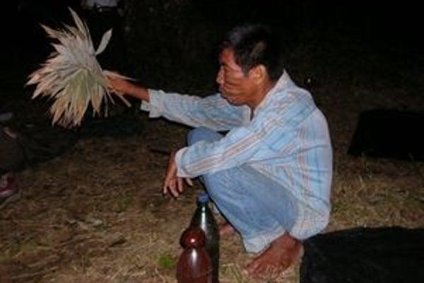 Don Roque s prírodným chrastidlom v ruke pri obrade čistenia.
