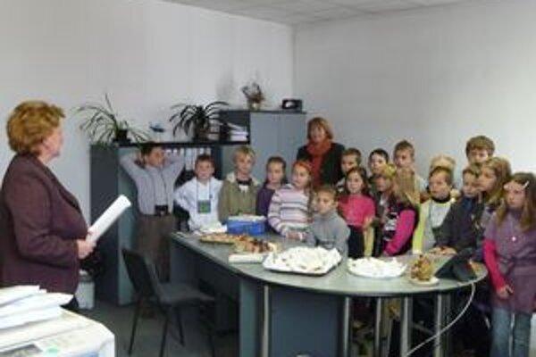 Na odovzdávanie ceny  s pripraveným pohostením prišli aj Petini kamaráti  s triednou učiteľkou, privítala ich  Eva Olosová (vľavo).