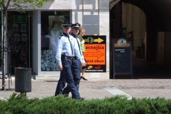 Mestskí policajti neustále hliadkujú v uliciach Liptovského Mikuláša.