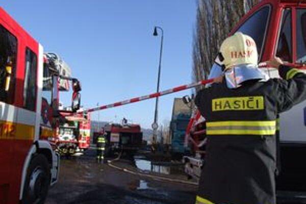 Na mieste zasahovali hasiči, ktorí uzavreli okolie miesta nehody.