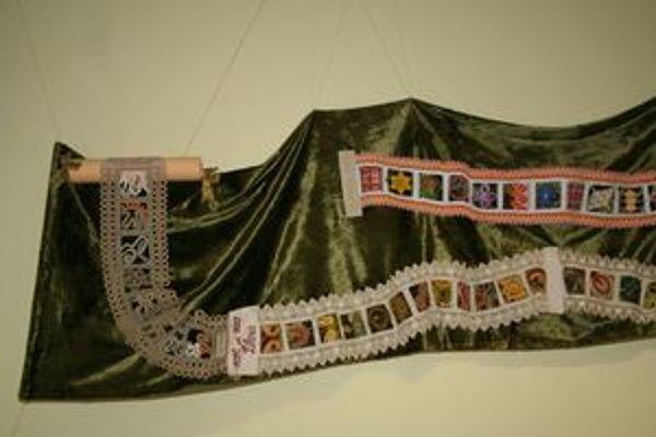 Časť Čipkárskej cesty. Pás meria pätnásť metrov, prvé štvorčeky vytvorili ženy z Klubu paličkovanej čipky v Liptovskom Mikuláši. Ďalšie štvorčeky pridávajú čipkárky z celého Slovenska.