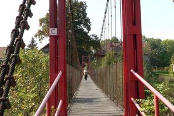 Premostenie pre peších ponad Váh, takzvaný  hojdací most, má novú drevenú podlahu. Staré dosky rokmi schátrali. Bol najvyšší čas ich vymeniť.