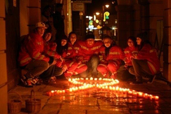 Na záver sviečkového pochodu účastníci  uložili svoje sviečky do tvaru preloženej stužky, ktorá je symbolom choroby AIDS.