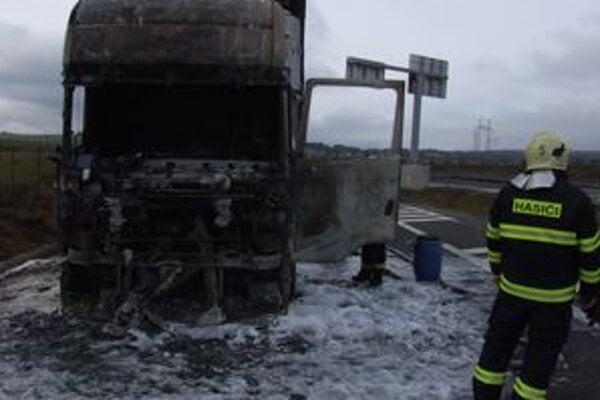 V polovici novembra hasiči zasahovali na diaľnici pri Važci, kde zhorel kamión.