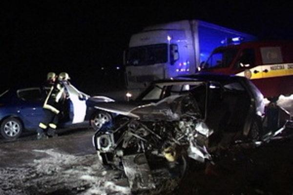 Ružomberskí hasiči museli jedného zo zranených z auta vystrihnúť.