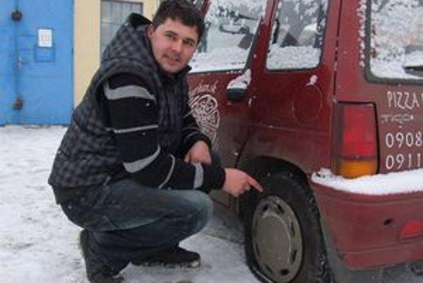 Marián Hurík pred pneuservisom ukazuje poškodenú pneumatiku.