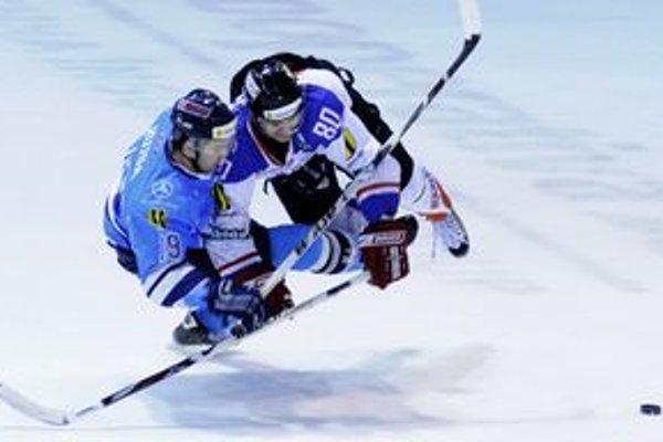 Obranca Mikulášanov Dušan Devečka (vpravo) strelil na bratislavskom ľade dva góly.