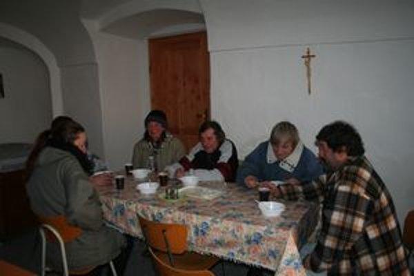 Polievky na liptovskomikulášskej katolíckej fare pomáhajú bezdomovcom prežiť zimu. Budú ich podávať až do polovice marca.