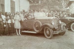 Dobová fotografia Vladimíra Ďurkoviča za volantom prvého automobilu vo Veľkom Folkmare. Údajne na ňom povozil celú dedinu.
