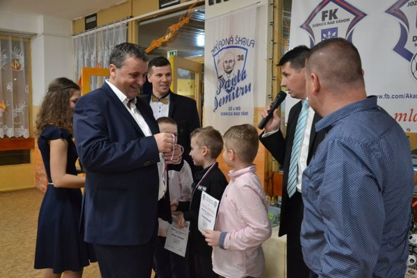 Ceny mladým futbalistom odovzdával prezident FK Dubnica Peter Švec (vľavo).
