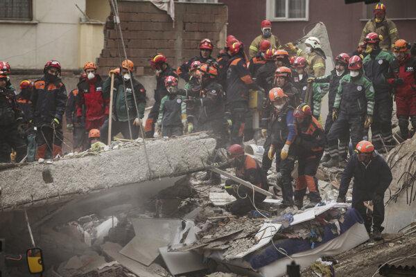 Záchranári prehľadávajú trosky zrútenej budovy v Istanbule.