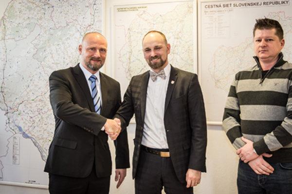 Novovymenovaný riaditeľ D. Trebichalský (vľavo) v spoločnosti župana Jozefa Viskupiča.