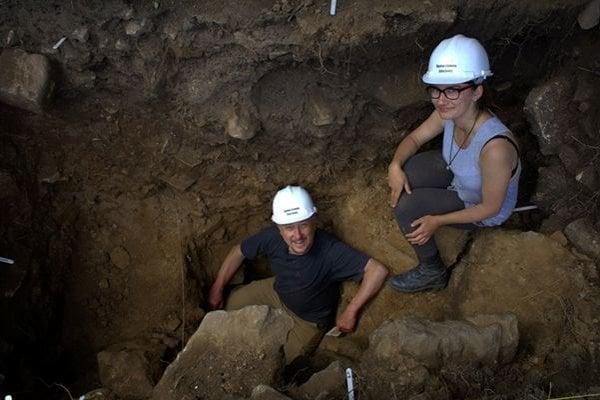 V druhom ročníku bakalárskeho štúdia pri archeologických vykopávkach v Creswell Crags Katarína so svojím profesorom (na snímke) objavili zub hyeny starý niekoľko desiatok tisícov rokov.