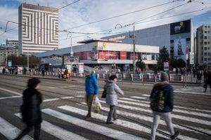 Pohľad na Kamenné námestie s obchodným domom MY (bývalý Prior), v pozadí hotel Kyjev, ktorý má iného vlastníka.