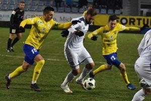 Momentka z decembrového zápasu. Casado v obkľúčení Danka (vľavo) a Turíka, ktorí sú už jeho spoluhráči.