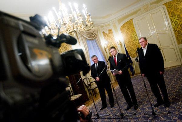 V prvej vláde premiérovi Robertovi Ficovi (v strede) asistovali Ján Slota (vľavo) a Vladimír Mečiar (vpravo)