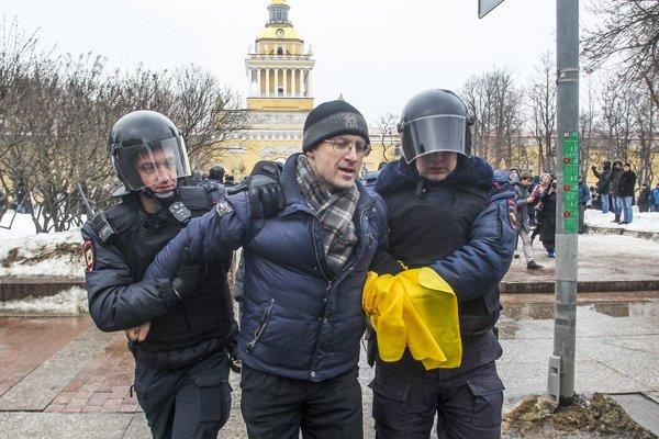 v Moskve polícia zadržala dvoch a v Petrohrade desiatich účastníkov.