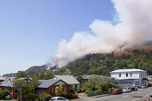 Domov sa kvôli požiaru nemôže vrátiť asi štyristo ľudí.