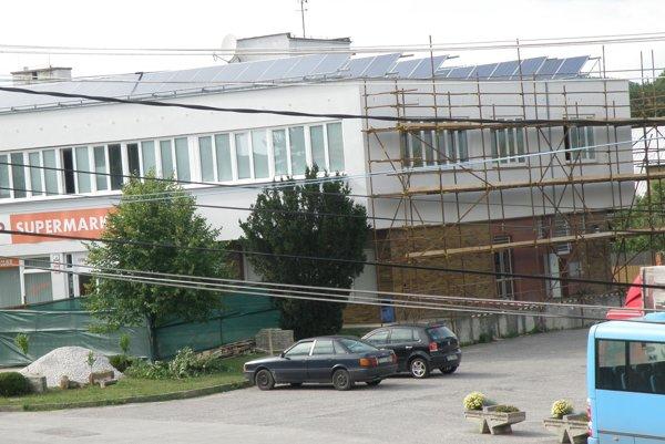 Obecný úrad sídli na poschodí budovy a onedlho bude do jeho priestorov samostatný vstup.
