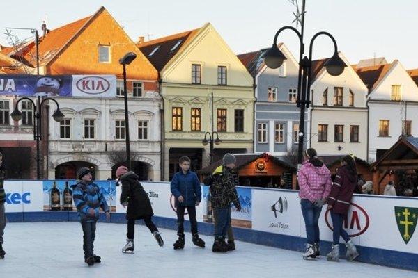V centre Žiliny sa počas vianočných trhov korčuľuje na umelom ľade.