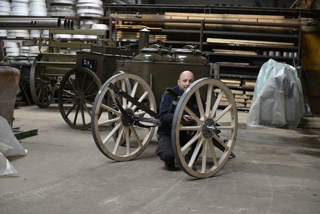 Vyrobiť drevené kolesá bolo spočiatku náročné.