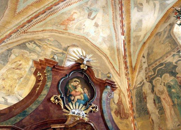 Vzácne stredoveké fresky sa nachádzajú po obvode svätyne.