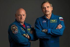 Astronaut Scott Kelly (vľavo) a kozmonaut Michail Kornijenko (vpravo).