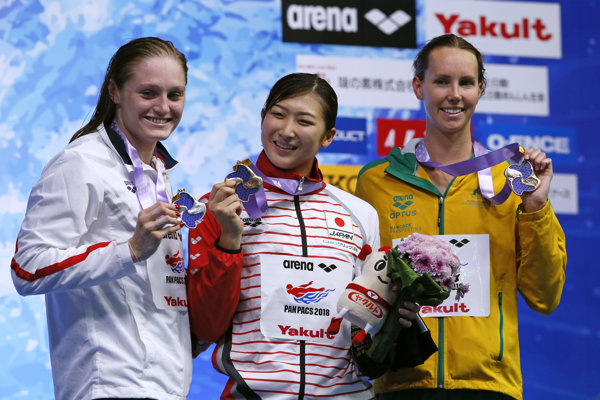 Rikako Ikeeová (uprostred).