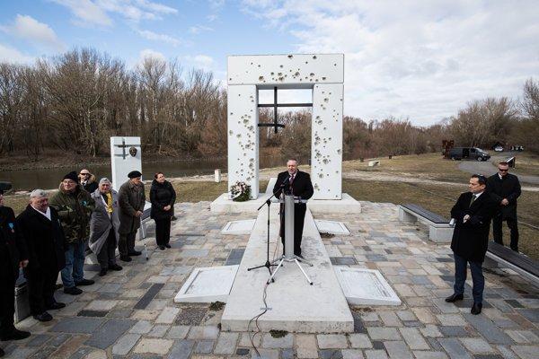 Mike Pompeo pri prejave pred pamätníkom pod hradom Devín.