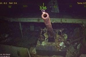 Záber vraku a zbrane na palube USS Hornet (CV-8).