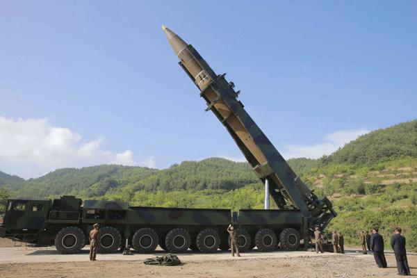 Kim (druhý sprava) svoje jadrové zbrane a medzikontinentálne strely potrebuje, aby sa udržal pri moci.
