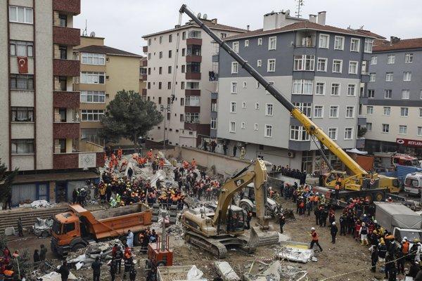 Záchranári hľadajúci v troskách budovy obete v Istanbule.