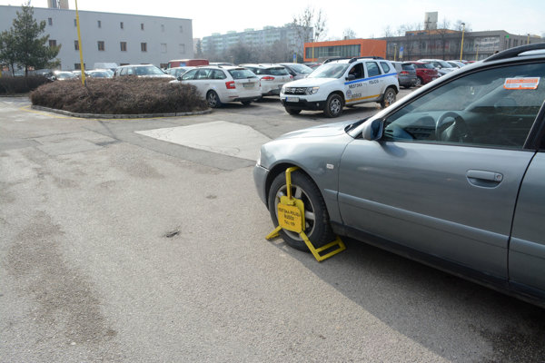 Kapacitne parkovisko pri magistráte nepostačuje, vodiči riešia odstavenie áut aj porušením predpisov.