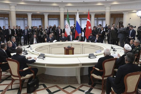 Prezident Turecka Recep Tayyip Erdogan, iránsky prezident Hasan Rúhání a ruský prezident Vladimir Putin na spoločnom rokovaní v Soči.