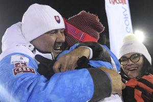 Otec Igor Vlha objíma syna Borisa, šťastná je aj mama Zuzana.