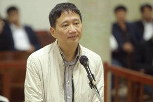 Na archívnej snímke z 24. januára 2018 je vietnamský podnikateľ a bývalý člen komunistickej strany Trinh Xuan Thanh stojí počas súdneho pojednávania v Hanoji.