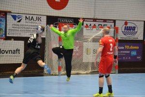 Brankár Kovačin bol vyýraznou oporou, keď chytil sedmičku a dal aj gól.
