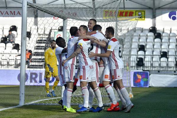 Futbalisti AS Trenčín sa radujú po jednom z gólov.