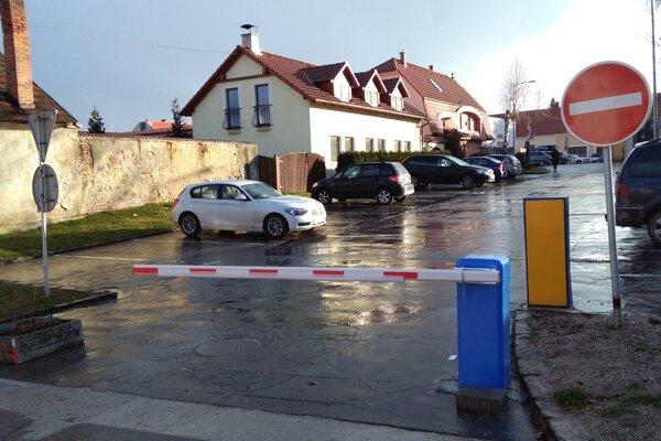 Pri bojnickom kultúrnom centre je parkovanie opäť spoplatnené.