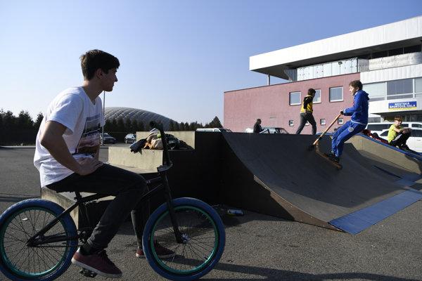Slnečné počasie vylákalo mladých Humenčanov do obnoveného skateparku.