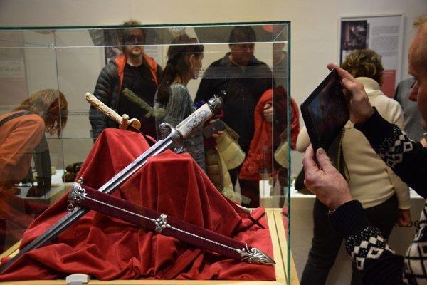 Z otvorenia výstavy krása chladných zbraní II.